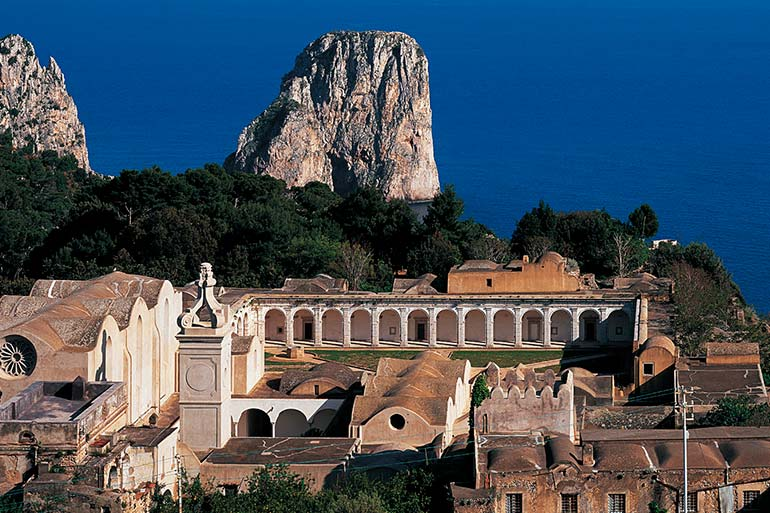 Tourist itineraries: villas and museums in Capri.